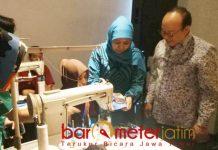 LATIHAN MENJAHIT: Khofifah melihat hasil jahitan dalam pelatihan menjahit yang digelar Forkas di Sidoarjo, Senin (19/11). | Foto: Barometerjatim.com/ABDILLAH HR
