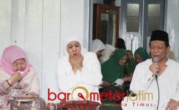 DIWEJANG KIAI KHARISMATIK: Jelang dilantik menjadi gubernur Jatim, Khofifah Indar Parawansa mendapat wejangan dari KH Munif Zuhri. | Foto: Barometerjatim.com/ROY HASIBUAN