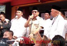 SAPA RELAWAN: Prabowo Subianto saat menyapa para relawannya di Kabupaten Ponorogo, Kamis (1/11). Sebut kekayaan negara dikuasai asing. | Foto: Barometerjatim.com/RETNA MAHYA