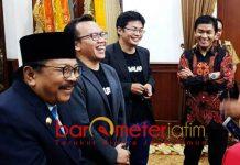 PASARKAN PRODUK UMKM: Pakde Karwo usai bertemu dengan CEO Bukalapak di Gedung Negara Grahadi, Surabaya, Senin (5/11) malam. | Foto: Barometerjatim.com/ABDILLAH HR