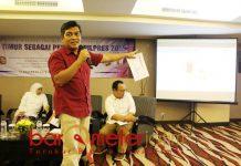 SURVEI KEREN: CEO The Initiative Institute, Airlangga Pribadi saat memaparkan hasil surveinya terkait Pilpres 2019. | Foto: Barometerjatim.com/NATHA LINTANG