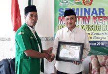PENGHARGAAN: Moh Marzuqi (kiri) memberikan piagam penghargaan kepada narasumber dalam Seminar Maritim Kepemudaan PAC GP Ansor Brondong, Lamongan, Minggu (2/12).   Foto: IST