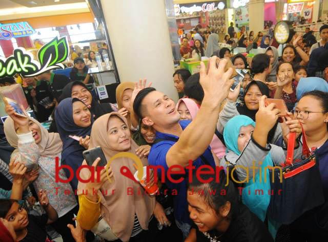 Remaja perempuan foto bersama artis Caleg Nasdem, Sabtu (22/12). | Foto: Barometerjatim.com/natha lintang