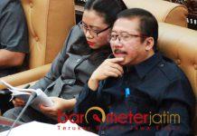 BISA TERSANGKA SEUMUR HIDUP: Bambang DH (kanan) bisa menjadi tersangka seumur hidup dalam kasus dugaan korupsi Japung. | Foto: Barometerjatim.com/NATHA LINTANG