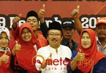 HINDARI SALING HUJAT: Bambang DH dan para Caleg PDIP saat peringatan Maulid Nabi Muhammad Saw di Ballroom Suncity Hotel, Sidoarjo, Minggu (9/12). | Foto: Barometerjatim.com/WIRA HARLIJADI