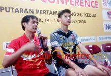 TETAP BANGGA: Pelatih Jakarta Garuda, Eko Waluyo (kiri) memberi keterangan kepada awak media usai pertandingan di GOR Tridharma Gresik, Sabtu (15/12). | Foto: Barometerjatim.com/ DANI IQBAAL