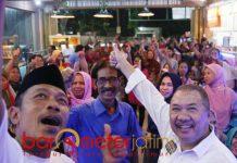 SAMBUTAN MERIAH: Maruli Hutagalung saat menghadiri diskusi terkait antikorupsi di kawasan Tambaksari, Surabaya, Sabtu (8/12) malam. | Foto: Barometerjatim.com/NATHA LINTANG