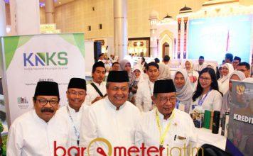 KUNJUNGI STAN: Soekarwo (kiri) bersama gubernur BI dan Menko Perekonomian mengunjungi stand Pada Acara ISEF Shari'a Fair 2018 di Surabaya.   Foto: Barometerjatim.com/ABDILLAH HR