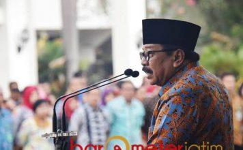 BERI ARAHAN: Pakde Karwo saat memberi arahan dalam apel pagi di hadapan ASN Pemprov Jatim di depan kantor gubernur Jatim, Surabaya, Selasa (4/12). | Foto: Barometerjatim.com/ABDILLAH HR