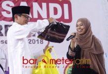 IDOLA EMAK-EMAK: Sandiaga Uno dapat titipan baju untuk istrinya, Nur Asia Uno dari pelaku UMKM di Gresik, Senin (3/12). | Foto: Barometerjatim.com/ABDILLAH HR