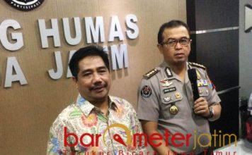 AKUI MABA S2 UNAIR: Humas Unair Surabaya, Suko Widodo (kiri) saat mendatangi Mapolda Jatim, Jumat (7/12). Akui pengunggah video bugil adalah mahasiswa S2 Unair. | Foto: Barometerjatim.com/NATHA LINTANG
