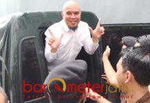 Ahmad Dhani, salam khas pendukung Prabowo-Sandiaga usai sidang di PN Surabaya. | Foto: Barometerjatim.com/natha lintang
