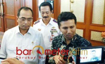 Menhub Budi K Sumadi dan Wagub Emil usai membicarakan proyek MRT. | Foto: Barometerjatim.com/nantha lintang