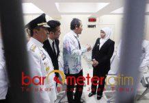 Khofifah menyimak penjelasan Wakil Ketua KPK, Saut Situmorang. | Foto: Barometerjatim.com/marijan ap