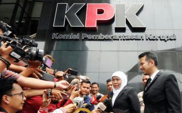 Khofifah didampingi Emil usai audiensi ke KPK di Jakarta. | Foto: Barometerjatim.com/marijan ap