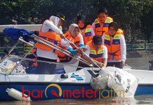 Khofifah menjaring sampah popok bayi di sungai Brantas.   Foto: Barometerjatim.com/abdillah hr