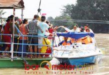 Khofifah mendapat sambutan hangat dari warga saat menyusuri Sungai Brantas.   Foto: Barometerjatim.com/roy hs