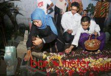 hofifah ziarah ke makam suami, bapak ibu serta kakek dan neneknya | Foto: Barometerjatim.com/roy hs