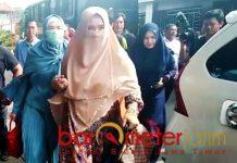 Mulan Jameela menjenguk Ahmad Dhani di Rutan Medaeng. | Foto: Barometerjatim.com/natha lintang