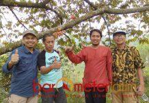 Yusron (dua dari kiri), terima kasih durian Wonosalam telah dipromosikan Khofifah. | Foto: Barometerjatim.com/abdillah hr