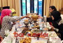 Khofifah-Risma makan bareng di salah saru restoran di Surabaya. | Foto: Barometerjatim.com/natha lintang