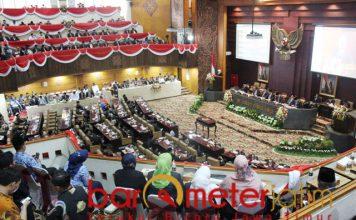Sejumlah kursi kosong. 25 anggota dewan mangkir saat Sertijab gubernur.   Foto: Barometerjatim.com/roy hs